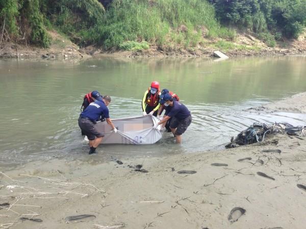 搜救人員今天將走失的何姓男子大體打撈上岸。(記者曾迺強翻攝)