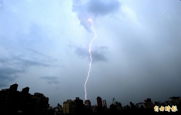 江西驚傳民眾掃墓卻慘遭雷擊,釀成1死3傷的悲劇。(資料照,記者方賓照攝)