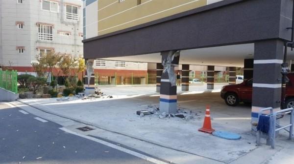 市區有許多掉落物,掉落物及電線桿倒塌壓毀許多車輛,由於餘震不斷發生,相關單位還在掌握受災情況。(圖擷自twitter)