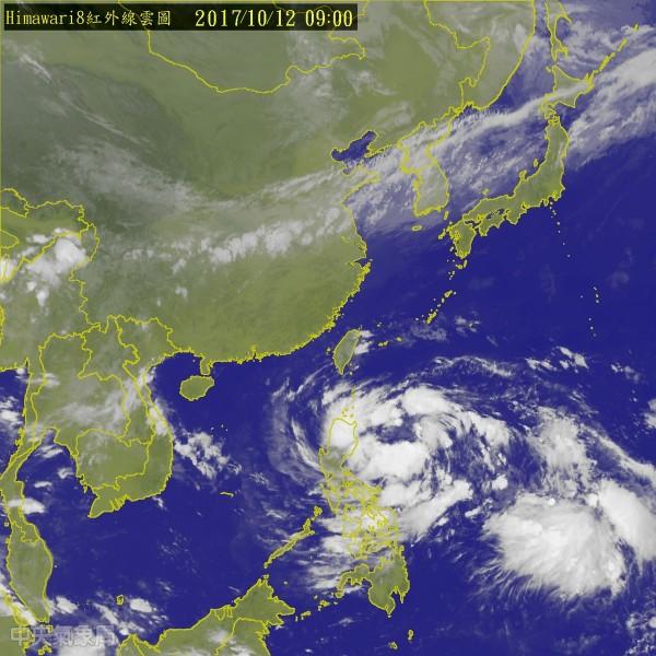 氣象局預測,目前位於菲律賓東方海面的熱帶性低氣壓,最快今天增強為今年第20號颱風「卡努(Khanun)」。(圖擷取自中央氣象局)
