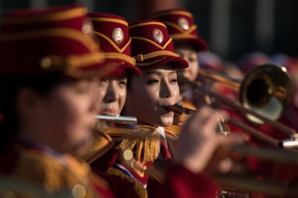 北韓啦啦隊下午前往李氏朝鮮著名儒學家李珥故居烏竹軒參觀,並於烏竹軒進行管樂表演。(法新社)