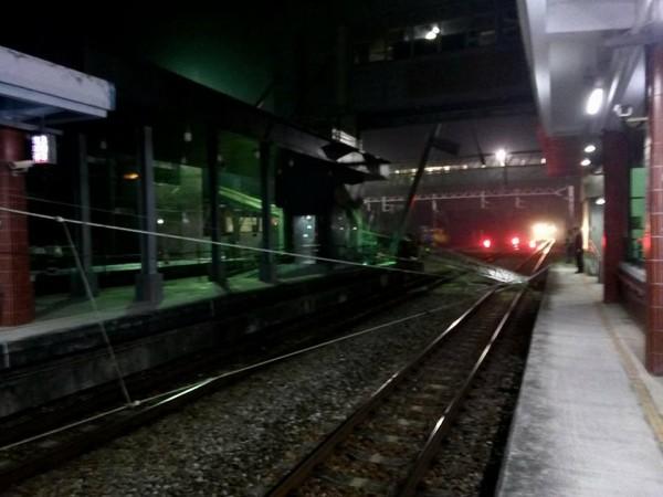 台鐵后里站進行新站吊樑工程時,因吊樑工程車重心不穩,吊車懸臂倒塌壓到電車線,一度造成東西線皆無法通行。(圖取自fun臺鐵臉書)