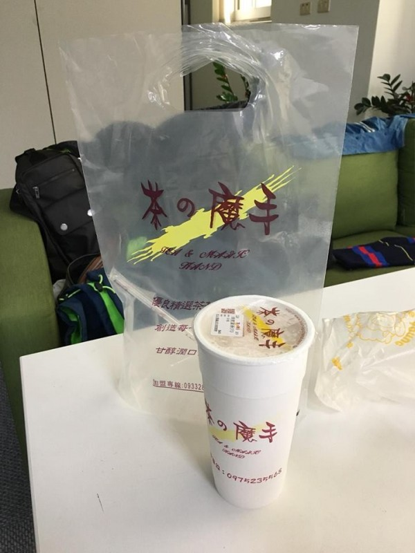 有網友抱怨,叫外送飲料來喝,卻被強制收1元的塑膠袋錢。(圖擷自臉書社團《爆怨公社》)