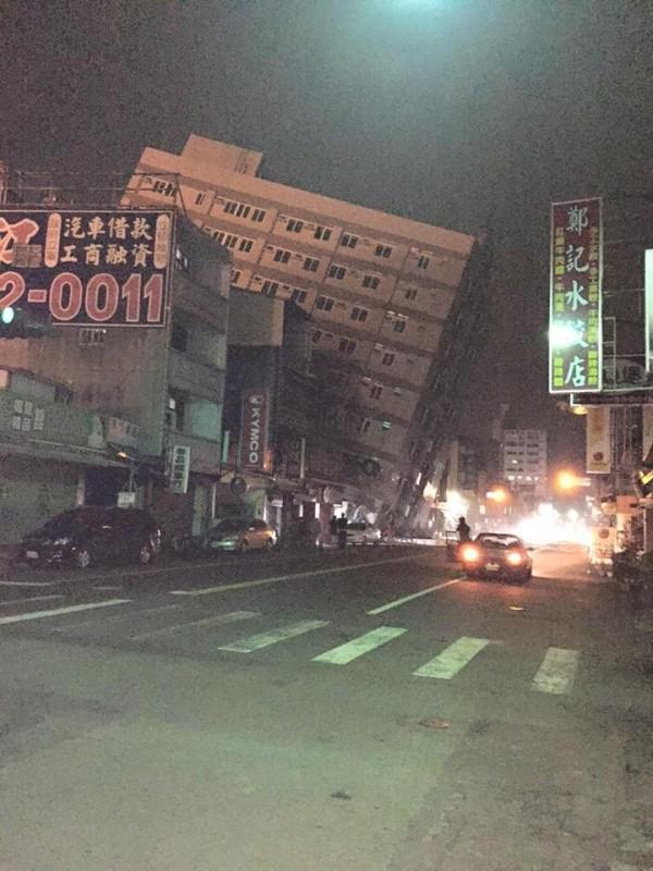 台南一棟大樓倒塌。(圖擷自爆料公社)