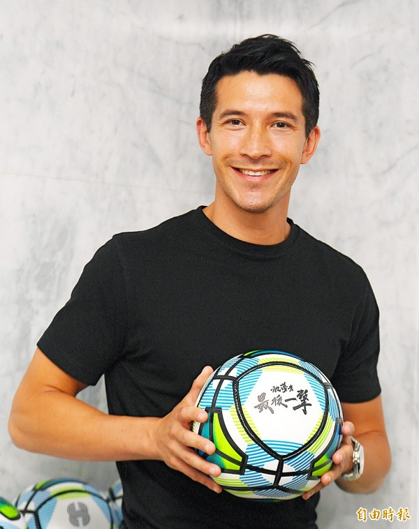 Xavier Chen yesterday holds up a soccer ball at a news conference in Taipei for Dreamers — Last Shot Xavier Chen, a documentary about his soccer career.