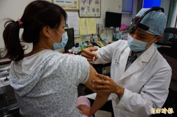 11月26日到12月2日,共新增8起流感病發重症的病例,當中就有6起病例沒有施打流感疫苗,比率高達75%。(資料照,記者蔡淑媛攝)