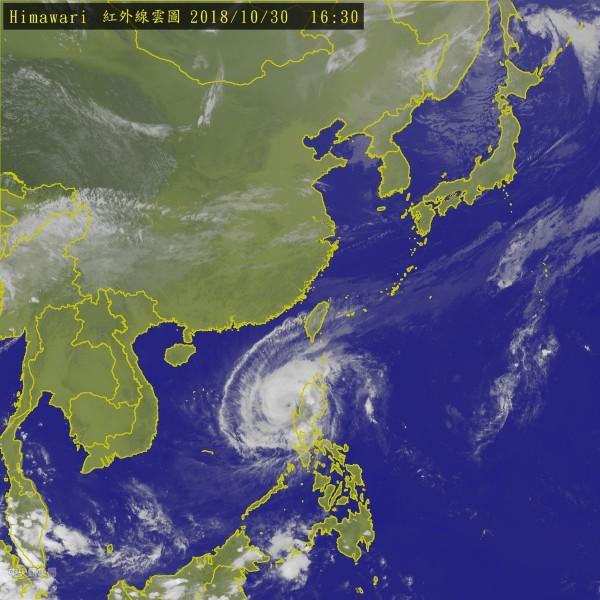 玉兔颱風進入南海,其外圍環流正逐漸接近台灣。(中央氣象局)