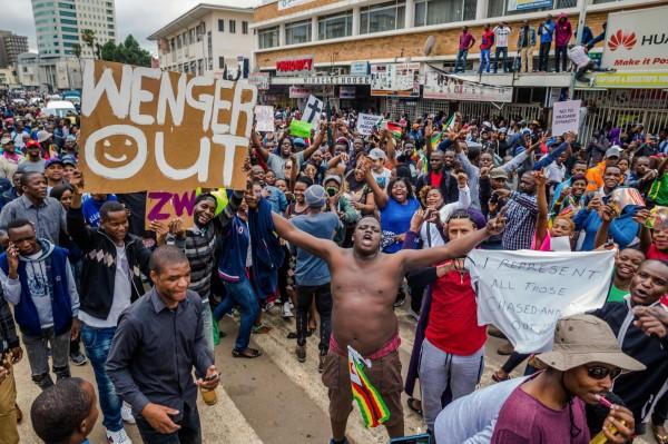 反穆加比群眾盼這個萬年總統能快快下臺,遂聚集於街頭抗議。(法新社)