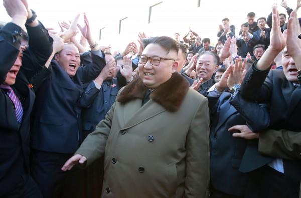 北韓領導人金正恩也於18日參觀新型高功率火箭引擎測試,北韓當局更聲稱試驗成功,未來將可能用於發射長程飛彈。(法新社)