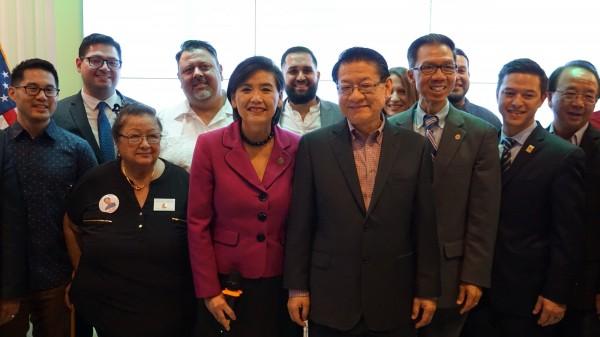 美國期中選舉結果陸續出爐,其中加州民主黨華裔眾議員趙美心(Judy Chu)(前排左一)確定連任。(中央社)