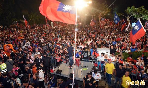 韓國瑜岡山造勢大會今晚場面盛大,群眾揮舞大小國旗。(記者張忠義攝)