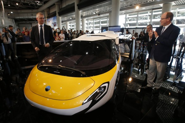 這輛飛天車平時可將雙翼收起,當成一輛正常的4輪汽車使用。(路透)