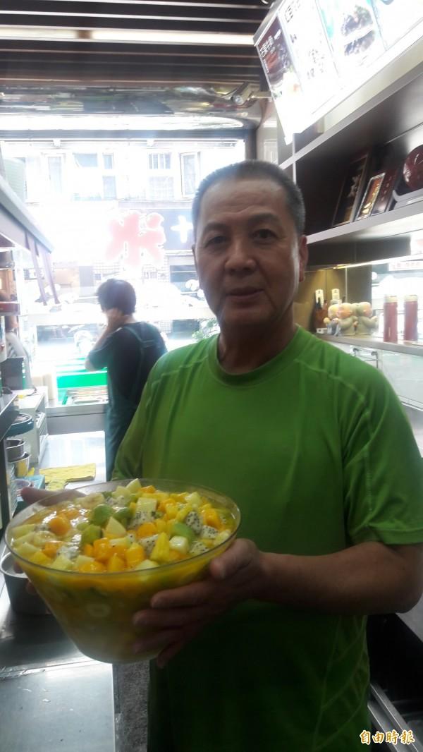 新竹市光華冰菓店的招牌水果冰,是把八種水果切成丁放在一個甕碗內,客人一點就可一次吃到八種水果。(記者洪美秀攝)