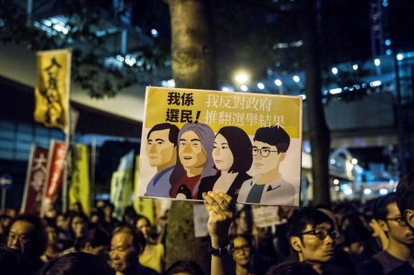 到場參與集會的民眾在接受媒體訪問時則指出,雖然先前就感覺4人未必有勝算,但得知消息依然很難過,不少人都感到無力及無助。(法新社)
