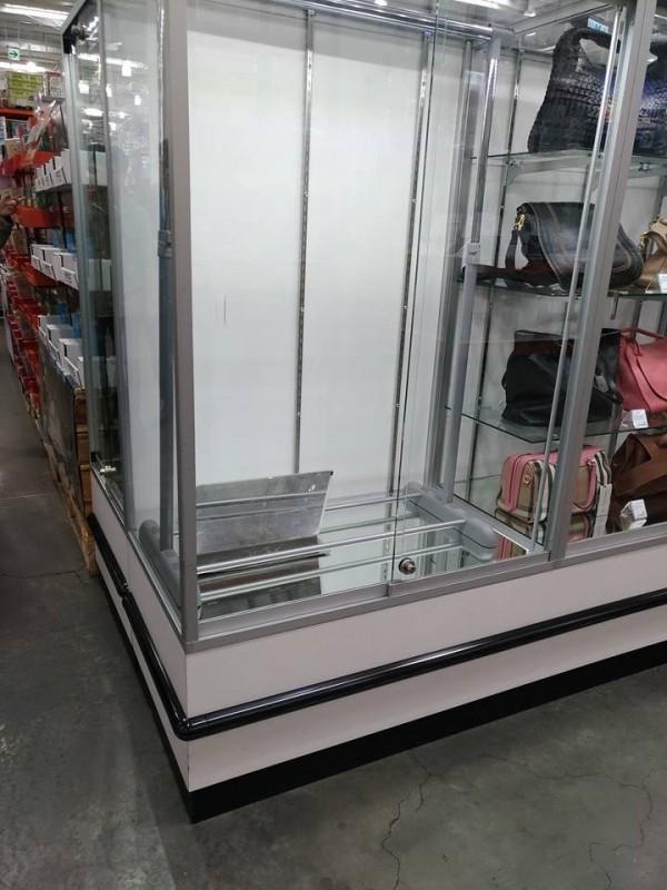 正當網友一陣熱烈討論時,有網友回報販賣現場「已完售」,展示櫃內空空如也。(圖擷取自臉書社團「COSTCO 好市多 消費經驗分享區」)