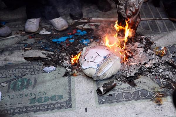 數千名學生4日聚集在伊朗首都德黑蘭,手中高舉「美國去死」的標語,並在昔日的駐德黑蘭美國大使館外,踩踏、焚燒美國國旗及美國總統川普的照片。(歐新社)