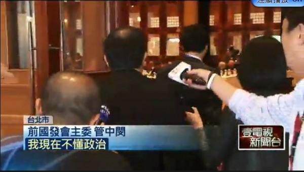 管中閔被問到朱就快步走開,媒體只能追著他的背影跑。(圖擷取自壹電視)