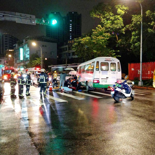 Firefighters assist the injured at the site of a fatal traffic accident in Taipei's Neihu District on Dec. 2 last year. Photo: CNA