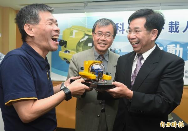 教育部長潘文忠(右)、中山大學校長鄭英耀(中)、國研院海洋中心主任王兆璋(左)手持模型,宣示投入研發全台第一艘由國人自製的水下載人載具。(記者廖振輝攝)