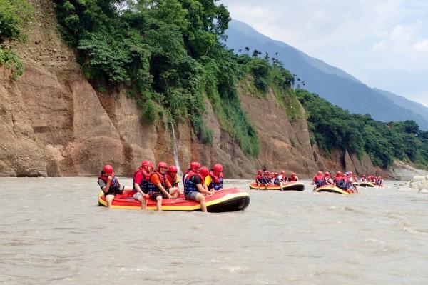 荖濃溪泛舟全程不需划槳,靠著激流就能把氣艇帶往下游,一路驚尖聲連連。(記者許麗娟攝)