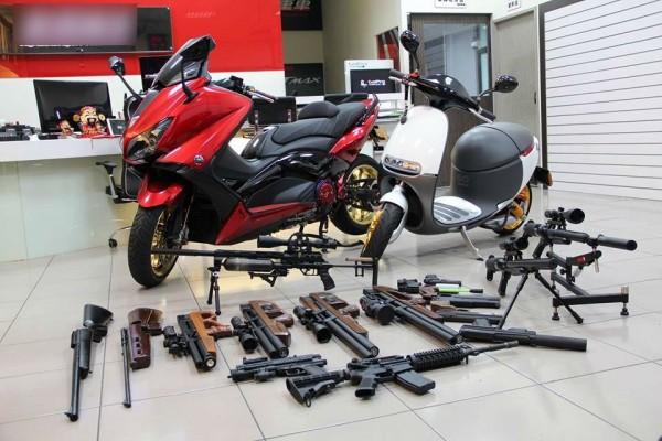 李姓老闆臉書上曾展示各類槍械。(記者王冠仁翻攝)