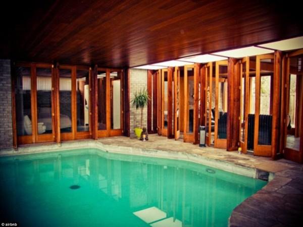亞倫保羅的房子有室內泳池,租一晚只要395美元。(圖片擷取自《每日郵報》)