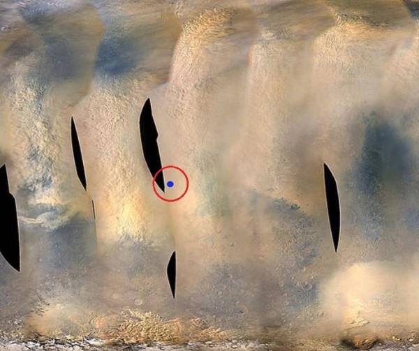 圖中藍點(紅圈處)為NASA推測「機會號」現時所在位置。(擷取自NASA)