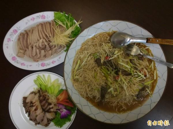 鵝肉(左上)、鹹豬肉(左下)與鱔魚炒麵(右),是講究原味的傳統台菜典範。(記者張瑞楨攝)
