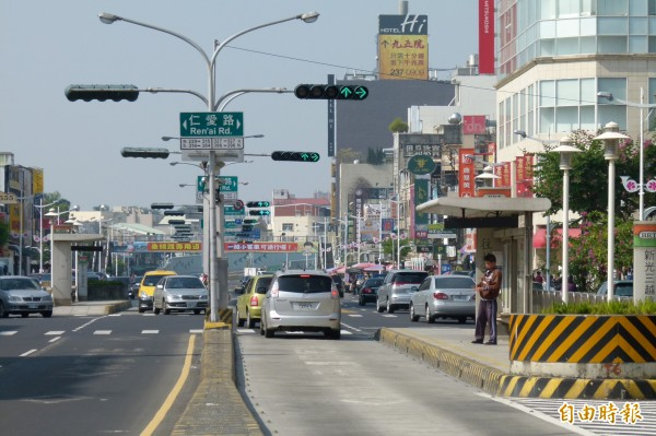 針對嘉義市垂楊路上的候車亭是否該移往人行道兩側,市府透過iVoting徵詢市民意見。(資料照,記者蔡宗勳攝)