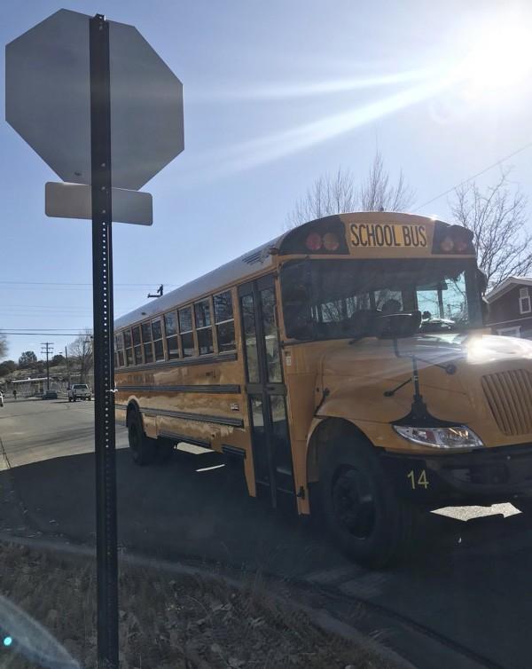 美國新墨西哥州阿茲特克中學驚傳槍響,校車疏散學生。(美聯社)