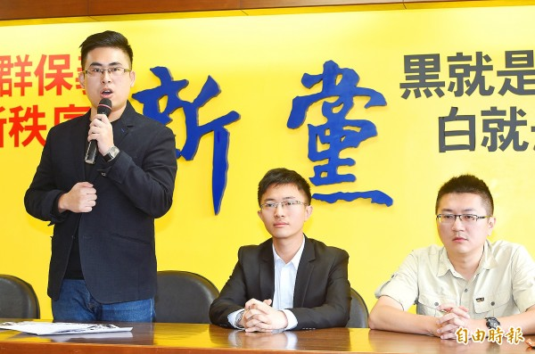 New Party Spokesman Wang Ping-chung, left, yesterday tells a news conference in Taipei that the Taipei District Prosecutors' Office has cooked up charges against him.