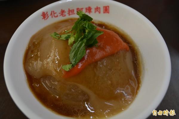 阿璋肉圓的肉圓皮軟Q、肉餡飽滿,搭配特調醬料、海派的香菜,別有一番風味。(記者湯世名攝)