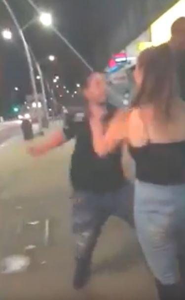 男子两度挥拳。(图撷自YouTube)