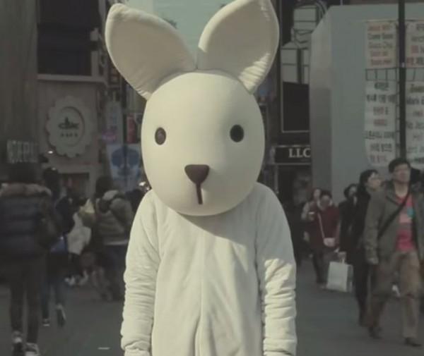 這隻白兔人偶接下來要做的事,引起了路人感到怪異的注目。