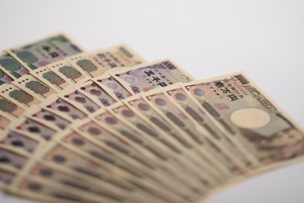 一名日本國三少女,涉嫌從友人家中拿走1000萬日圓現鈔,事後少女被詢問鈔票下落時,竟回應「早已經分給同學」。(彭博社)