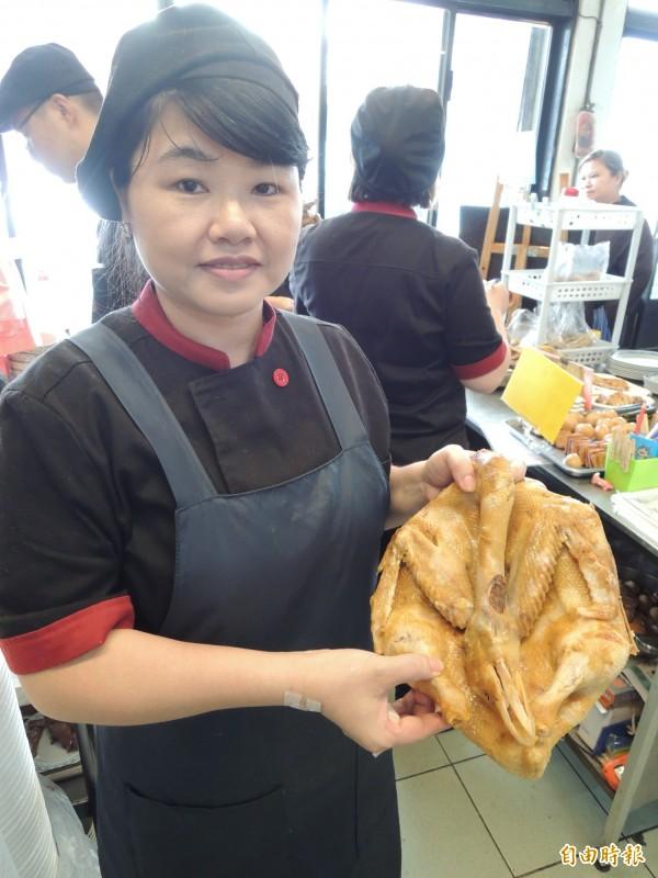 「新竹鴨肉麵楊梅店」老闆娘戴妃說,只要燻鴨好吃,不論搭配麵或米粉,都會很可口。(記者周敏鴻攝)