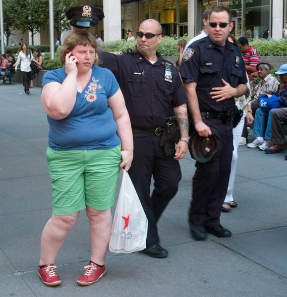 一名警察在海莉身後惡作劇,渾然不知已被記錄下來。(圖取自haley-morriscafiero網站)