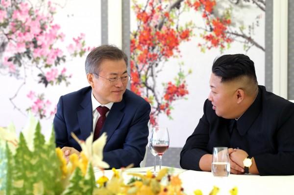南韩总统文在寅与北韩领导人金正恩签署「平壤共同宣言」后,最新消息指出两方将在10月中一同会勘连接南北韩公、铁路计画。(欧新社)
