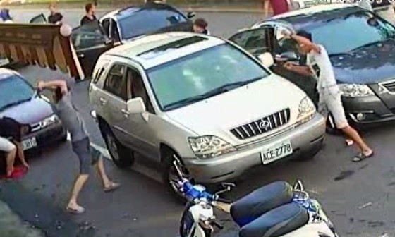 南投縣竹山鎮發生1起宛如電影「角頭」、「古惑仔」電影般的情節,除了傷人、擄人、砸車以外,還涉及開槍,幸無人中彈。(記者謝介裕翻攝)
