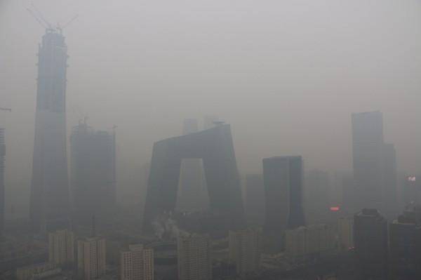 每年秋冬,中國北方城市便進入嚴重霧霾空汙高峰期,人民健康嚴重受損。(路透)