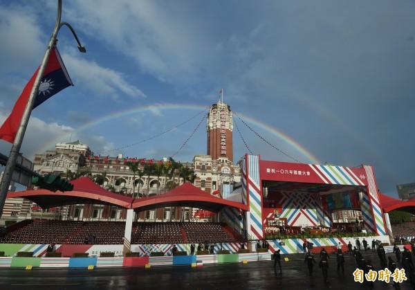總統府上方出現美麗彩虹。(記者方賓照攝)