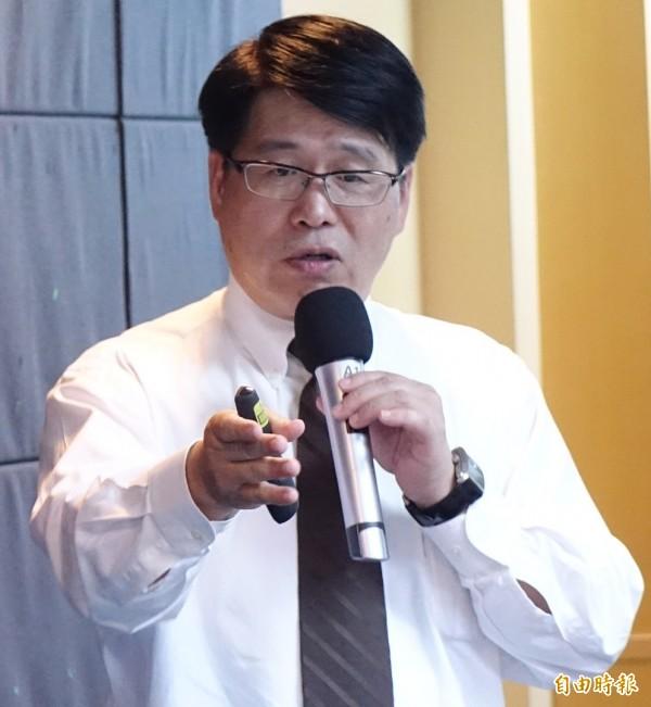 台灣民意基金會公布最新調查,總統聲望跌到上任以來最低點,僅33.1%。游盈隆:外交內政風暴衝擊。(記者朱沛雄攝)