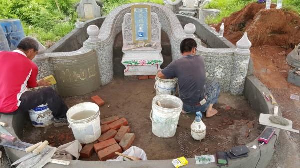 蔡家兄弟在墓園上工。(蔡明億提供)