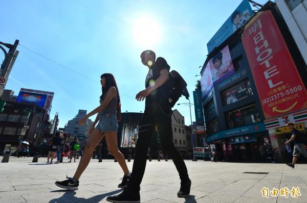 全台今(15)日各地高溫炎熱,中央氣象局表示,明(16)日太陽下山之前,可能會出現34度的高溫。(資料照)