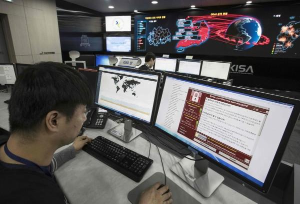 南韓資訊安全管理局人員正在監督勒索病毒「想哭」的散播狀況。(法新社)
