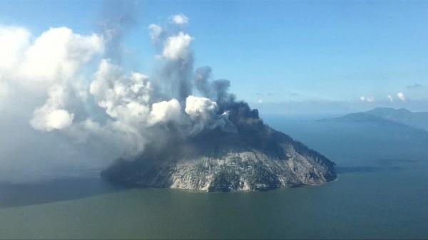 卡多瓦爾島是休眠狀態的火山,上週五火山爆發。(路透社)