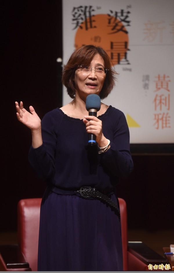 人本教育基金會工作委員黃俐雅(見圖)16日與作家平路對談,探討校園性侵、暴力等問題。(記者簡榮豐攝)