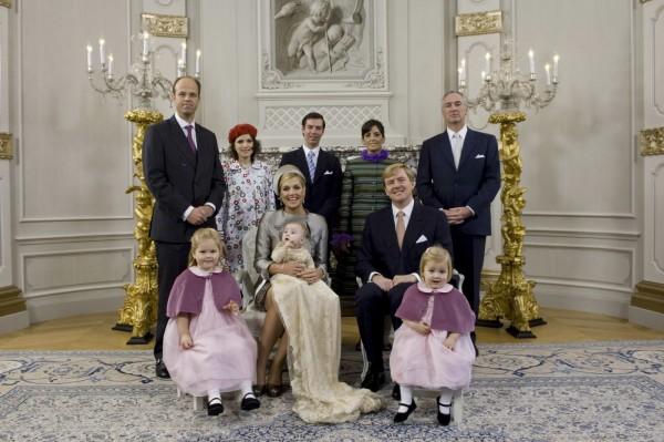 佐瑞吉塔(後排左2)是荷蘭王位第3順位繼承人艾莉安娜公主的教母。(美聯社)