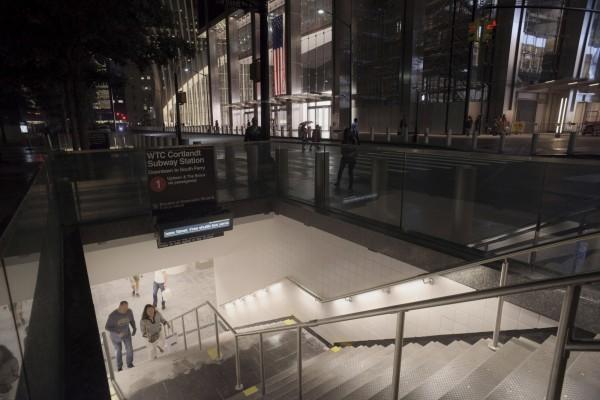 位在紐約世貿雙塔附近的科特蘭街車站(Cortlandt Street)在911事件中受到嚴重破壞而關閉,事隔近17年後,這座車站在週六(8日)終於重新開放。(美聯社)