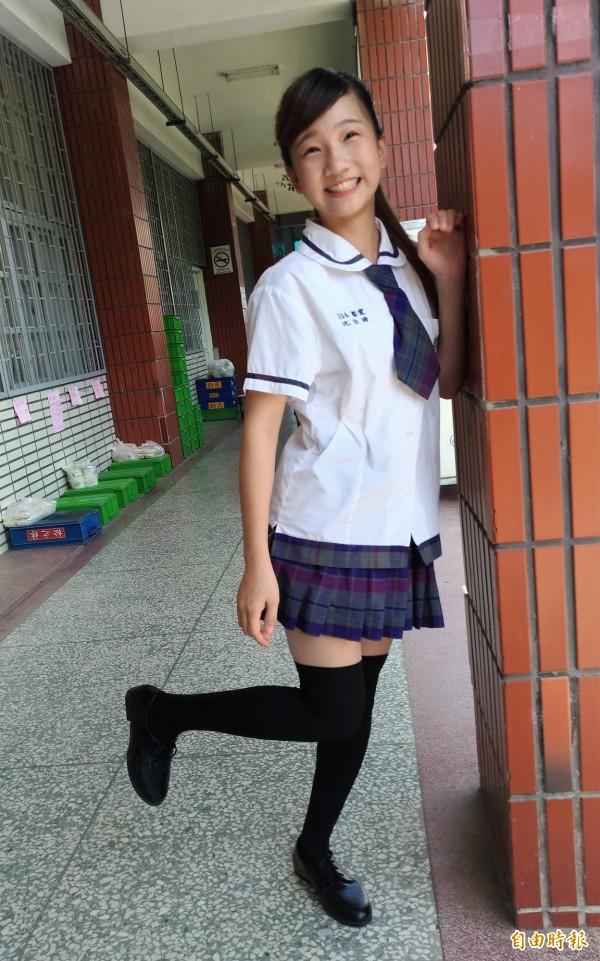 女學生穿制服,青春活潑又不失優雅。(記者廖淑玲攝)